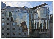 Зеркальное здание Haas Haus в стиле авангарда.