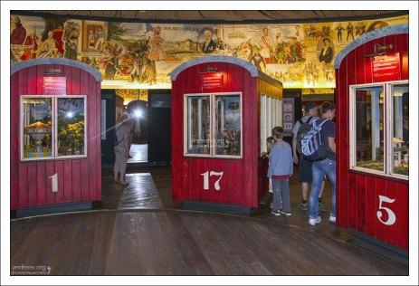 Символичные красные вагоны в Панорамном музее колеса обозрения Riesenrad.