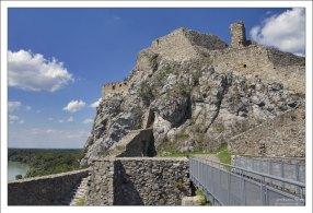 Верхний замок отделен от двора рвом с мостом.