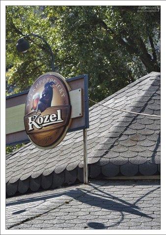 """У подножия Девина Града есть несколько ресторанов и кафе, где щедро наливают пиво """"Velkopopovicky Kozel""""."""