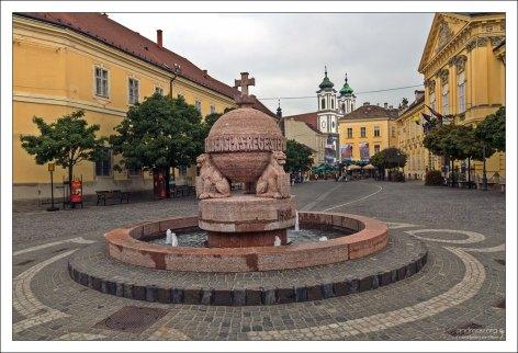 Фонтан на главной площади города Се́кешфехервар.