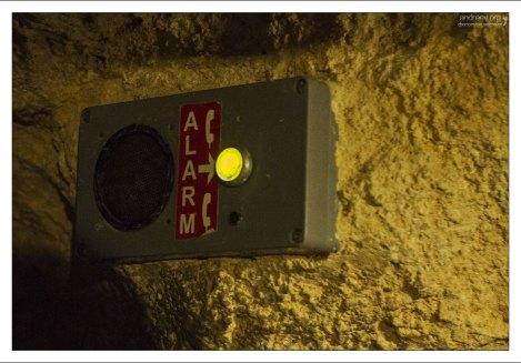 Кнопка вызова помощи в пещере Таваш.