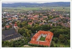 Город у подножия крепости Шюмег с одноименным названием.