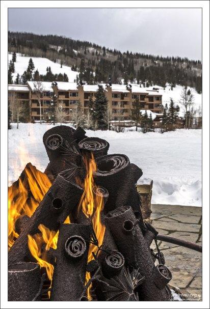 Fire pit (костревище) на берегу озера West Lake.