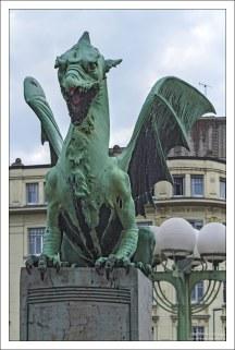 Один из четырех бронзовых Змеев на мосту через Любляницу.