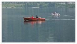 Ловить рыбу в озере разрешено лишь двум рыбакам.