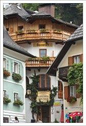 Вход в одну из старейших гостиниц города.