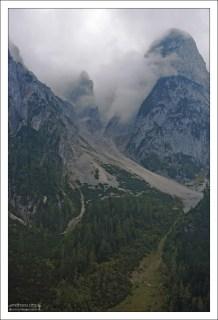 Облако запуталось в горном хребте Госаукамм.