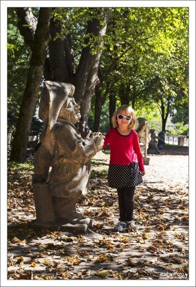 Саша с одним из карликов в парке Мирабель.