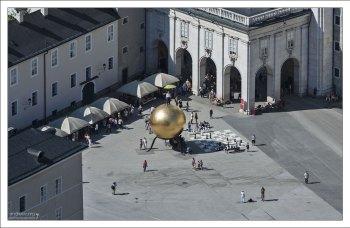 Площадь Капительплатц и человек на шаре.
