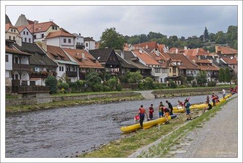 Влтава и любители водного туризма.