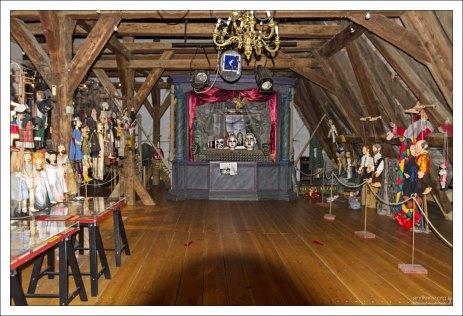 Музей марионеток обустроен под самой крышей старинного здания, где раньше располагался костел Святого Йошта.