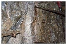 Графитовая шахта: отверстия для заполнения взрывчаткой с детонатором.