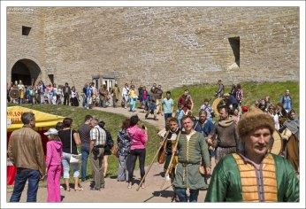 Кроме военных баталий и состязаний, можно было посмотреть на гонки на ладьях и драккарах, на воссозданные ремесленные мастерские, отчеканить древнюю монету, попробовать шедевры древнерусской кулинарии, посмотреть на шоу исторических костюмов, побывать на средневековой ярмарке.