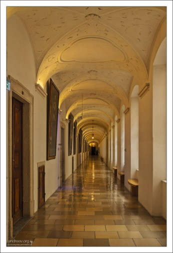 Императорская галерея, длиной 196 метров, украшена портретами всех австрийских правителей из династий Бабенбергов и Габсбургов.