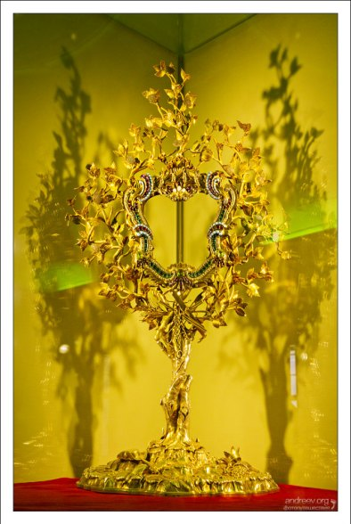 Coloman Monstrance - монстрация, или дароносица. Предназначена для выставления мощей святых. В данном случае - нижней челюсти Св. Коломана, которая демонстрируется верующим раз в год, 13 октября. Все остальное время челюсть хранится в сейфе.