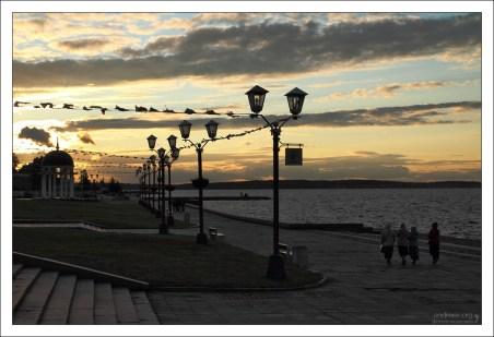 Онежская набережная Петрозаводска на закате.