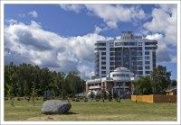 Современная гостиница в Слободском сквере на Онежской набережной.