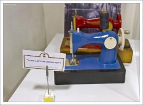 Синюю швейную машинку выпускало объединение «Промшвеймаш» в городе Орша, оно же – завод отопительных котлов до 1952 года.