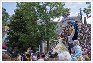 Красавица и Чудовище во время ежедневного парада.