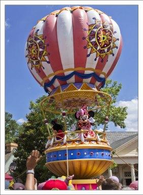 Мистер и Миссис Микки-Маус на воздушном шаре.