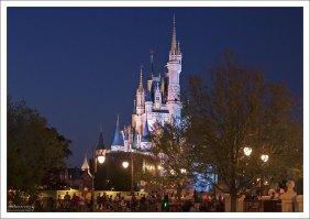 Замок Золушки вечером.
