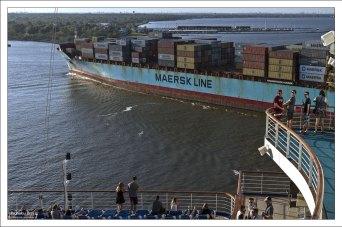 Почти полностью автоматизированный контейнеровоз.