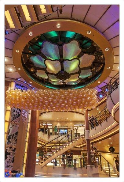 Сотни золотых воздушных шариков в главном холле под потолком.