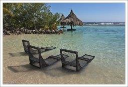 Первое, что делают посетители, попавшие на остров – скидывают сандалии и шлепанцы.