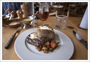 "Стейк из китового мяса в ресторане ""Hereford""."