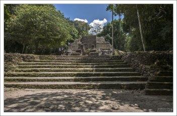 Храм Масок (Mask Temple). Это самая маленькая из трех раскопанных пирамид.