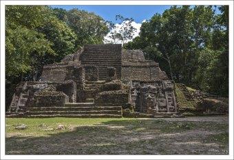 Строительство её началось примерно в 200-х годах до н.э. На правой боковой стене пирамиды вырезана большая маска, 4 метра высотой. Как и остальной храм, она сделана из известняка. В 2011 году на левой стороне обнаружили идентичную маску, что отражает традицию симметрии в архитектуре майя.