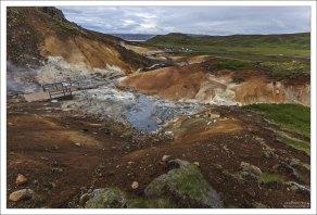 Полуостров Рейкьянес, с характерной активной вулканической деятельностью.