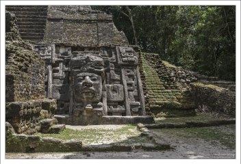 В масках проглядывают черты лица Ольмеков – древнего народа, который называют прародителями всех мезоамериканских цивилизаций.