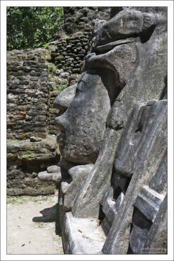 Объемная маска на фасаде пирамиды.