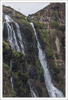 Подняться можно к самой вершине Глимура, а для особо отважных – даже перейти реку, чтобы спуститься по противоположной стороне.