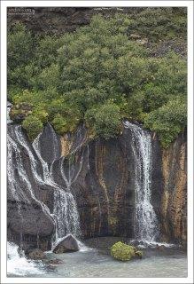 Застывший поток лавы и протекающий сквозь него водопад.