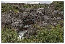 Естественный каменный мост через водопад Barnafossar.