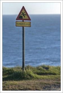 Предупреждающий знак на краю скалы.