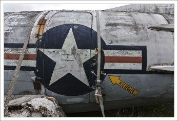 Военный самолет в музее на открытом воздухе.
