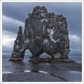 Основание скалы Хвитсеркюр было укреплено бетоном для предотвращения негативного влияния со стороны моря.