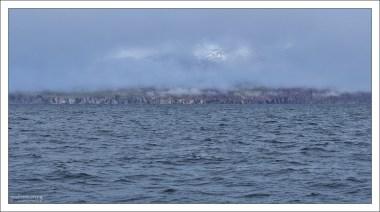 Облака расступились, открыв часть горы на противоположном берегу.
