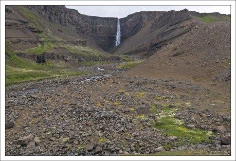 Водопад Хенгифосс окружен базальтовыми породами, между которыми располагаются тонкие слои красной глины.