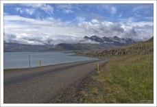 Круговая дорога бежит по самому краю фьорда Hamarsfjörður.