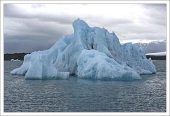 Лед всегда выглядит «голубее» при затянутом облаками небе.