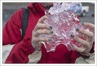 Катя выловила вычурный кусок льда.