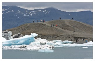 По берегу Ледяной лагуны разбросано несколько холмов.