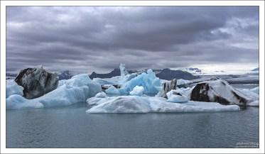В айсберге преобладает три цвета: белый, синий, и черный.