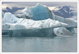Голубые прожилки в айсберге - это лед, свободный от воздуха.