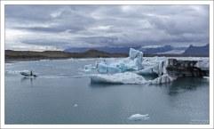 А коричневые или черные слои – это горные породы, которые переносит ледник при движении.